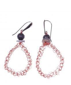Orecchini uncinetto ovali, lava, argento Orecchini pendenti ovale in filo di rame rosso lavorato con l'uncinetto, chiusura in argento rodiato nero, lava.