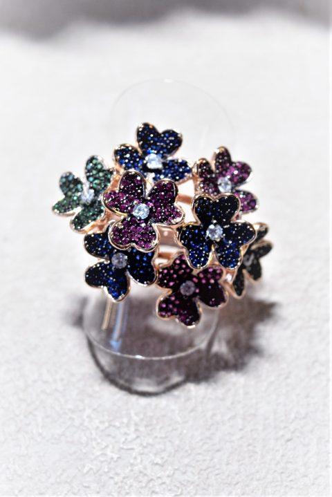 Anello argento rosa, fiori colorati Collezione anelli colorati. Anello in argento placcato oro rosa, motivo mazzo di fiori con zirconi colorati.