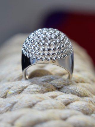Anello argento cupola con micro-sfere  Collezione anelli fascia Anello in argento rodiato a cupola con decoro a micro-sfere,