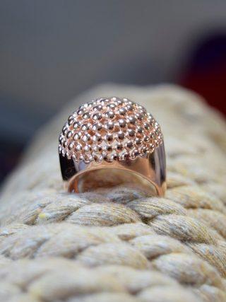 Anello argento Rosa con micro-sfere, Linea Argento Collezione anelli fascia, Anello in argento rosa a cupola con decoro a micro-sfere