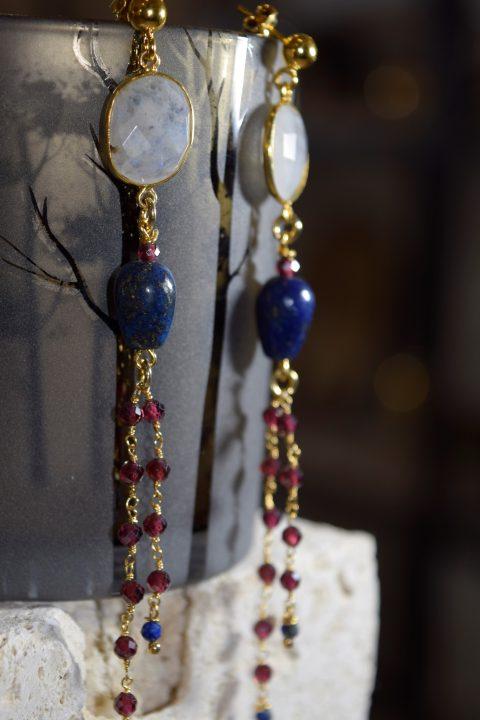 Orecchini pendenti in argento 925 galvanica oro giallo con quarzo white rainbow, lapislazzuli e granato sfaccettato lavorazione rosario