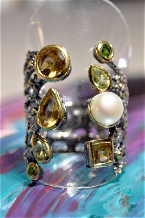 Anello a fascia aperta in argento brunito con perla coltivata in acqua dolce e pietre semi preziose