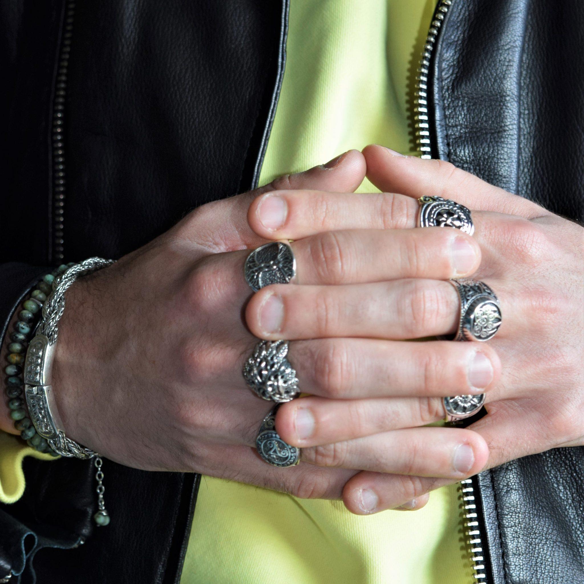 bracciali e collane uomo, foto con tag heuer e sigarillos controluce altrigioielli